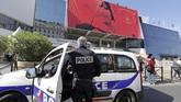 <p>Kepolisian terlihat berjaga ketat di sekitar penyelenggaraan Cannes, Perancis. Itu dilakukan karena belakangan Perancis menjadi sasaran teror. (REUTERS/Eric Gaillard)</p>