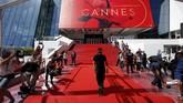 <p>Karpet merah telah dibentangkan, sementara setiap sudut sudah disisir petugas. (REUTERS/Stephane Mahe)</p>
