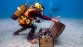 <p>Wine ini dimatangkan di bawah laut bagian selatan Perancis selama setahun sebelum akhirnya bisa dinikmati. Wine ini disimpan dalam rak khusus di dasar laut. (AFP PHOTO / Boris HORVAT)</p>