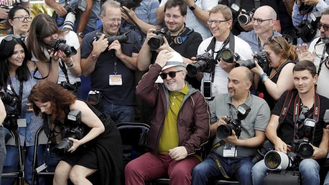 <p>Di masing-masing sisi karpet merah, sudah bersiap para jurnalis dan fotografer yang akan memotret setiap gerak, senyum, liuk dan busana selebriti itu. (REUTERS/Eric Gaillard)</p>