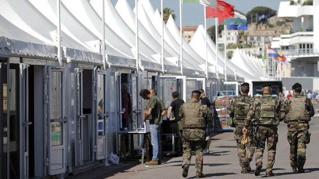 <p>Sebelum acara yang dibuka malam tadi waktu Indonesia, tentara bahkan berjaga dan menyisir lokasi untuk memastikan keamanannya. (REUTERS/Stephane Mahe)</p>