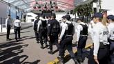 <p>Karena itu kepolisian telah menyewa orang sipil untuk berbaur sekaligus memantau kondisi keamanan, melaporkan jika ada yang mencurigakan. (REUTERS/Regis Duvignau)</p>