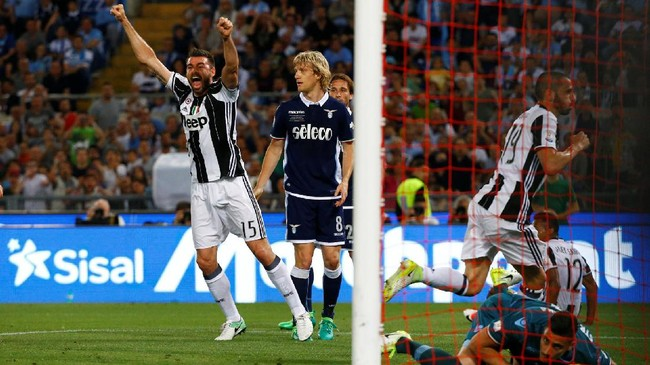 <p>Juventus kemudian menggandakan keunggulan 12 menit kemudian melalui bek Leonardo Bonucci. Bek timnas Italia itu membobol gawang Lazio setelah meneruskan umpan sepak pojok Paulo Dybala yang diteruskan Alex Sandro.(Reuters / Stefano Rellandini)</p>