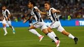 <p>Dani Alves merayakan gol ke gawang Lazio bersama Paulo Dybala. Alves yang didapatkan secara gratis dari Barcelona, merupakan salah satu kunci sukses Juventus musim ini. (Reuters / Stefano Rellandini)</p>