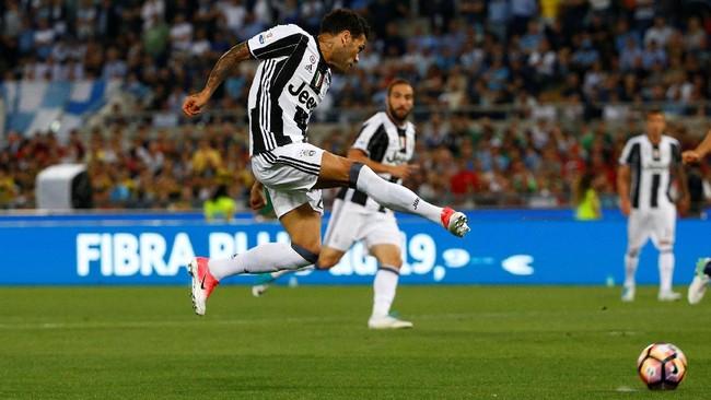 <p>Juventus yang lebih diunggulkan atas Lazio pada laga final di Stadion Olimpico, Roma, berhasil unggul lewat tendangan voli Dani Alves pada menit ke-12.(Reuters / Stefano Rellandini)</p>