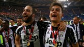 <p>Gonzalo Higuain (kiri) merayakan gelar Coppa Italia bersama Paulo Dybala. Juventus berpeluang meraih treble musim ini setelah akan tampil di final Liga Champions dan berada di puncak klasemen Serie A.(Reuters / Alessandro Bianchi)</p>