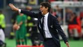 <p>Pelatih LazioSimone Inzaghi terus memberikan instruksi kepada para pemainnya. Lazio sebenarnya memiliki sejumlah peluang emas untuk mencetak gol, tapi kehebatan kiper Neto membuat gawang Juventus tidak kebobolan.(Reuters / Alessandro Bianchi)</p>