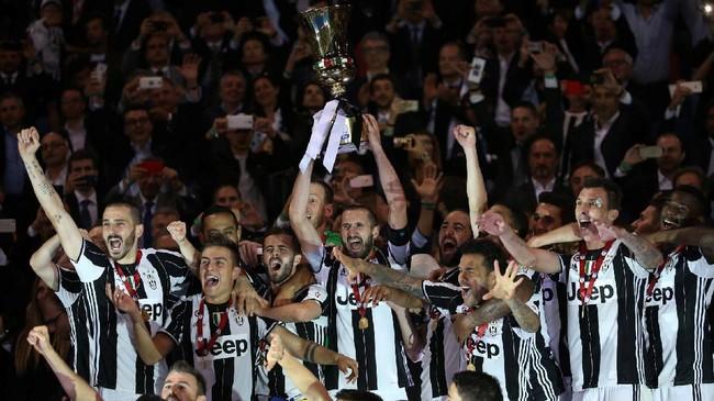 <p>Dengan tidak bermainnya Gianluigi Buffon, bek Giorgio Chiellini didaulat menjadi kapten dan mengangkat trofi Coppa Italia. Juventus meraih gelar Coppa Italia untuk kali ketiga beruntun.(Reuters / Stefano Rellandini)</p>