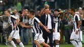 <p>Pelatih Massimiliano Allegri menjadi korban kejailan dua pemain Juventus, Juan Cuadrado dan Stefano Sturaro, usai pertandingan. Kedua pemain Juventus itu menyemprot Allegri. (Reuters / Alessandro Bianchi)</p>