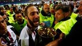 <p>Gonzalo Higuain merayakan gelar pertamanya bersama Juventus sejak diboyong dari Napoli dengan rekor transfer klub pada awal musim lalu.(Reuters / Stefano Rellandini)</p>