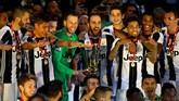 <p>Kiper asal Brasil Neto (hijau) memegang trofi Coppa Italia. Mantan kiper Fiorentina itu dipercaya Massimiliano Allegri menjadi kiper utama Juventus di ajang Coppa Italia.(Reuters / Stefano Rellandini)</p>