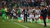 <p>Hingga babak kedua usai di Stadion Olimpico, Juventus berhasil mempertahankan keunggulan 2-0 atas Lazio. Para pemain dan ofisial tim Juventus langsung merayakan dengan masuk lapangan.(Reuters / Alessandro Bianchi)</p>