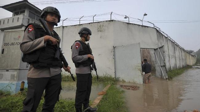 <p>Personel Brimob berjaga di luar Lapas Klas II A Jambi, Rabu (14/6). Ratusan aparat kepolisian dan TNI dikerahkan untuk mencari dan menangkap puluhan narapidana yang kabur pascajebolnya dinding lapas setempat akibat banjir. (ANTARA FOTO/Wahdi Septiawan)</p>