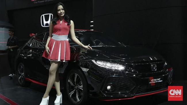 <p>SPG cantik menjadi salah satu daya tarik pameran GIIAS 2017. GAIKINDO Indonesia International Auto Show (GIIAS) 2017, merupakan pameran otomotif berskala internasional resmi milik GAIKINDO, yang telah di akui oleh<em> Organization Internationale des Constructeurs dAutomobiles</em> (OICA). (CNN Indonesia/Andry Novelino)</p>