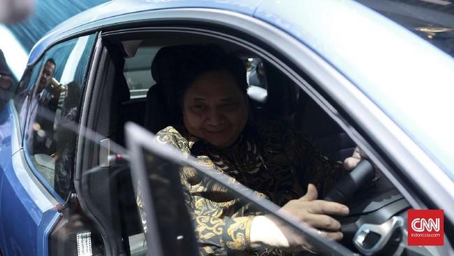 <p>Menteri Perindustrian, Airlangga Hartarto berkesempatan mengunjungi <em>both</em> peserta pameran dan mencoba untuk duduk di salah satu mobil setelah melakukan prosesi pembukaan GIIAS 2017. (CNN Indonesia/Andry Novelino)</p>