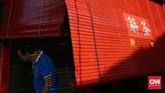 <p>Lorong Stewart, persis disamping Kelenteng Goddes of Mercy, menjadi lokasi fotomenarik saat sore hari. Warna merah terpantul cahaya matahari dipadu garis tirai yang memantul pada objek manusia.</p>