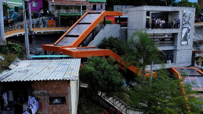 Hingga tahun 1990-an, Comuna 13 dikuasai oleh kelompok Pablo Escobar. Setelah dirinya meninggal pada 1993, kelompok pengedar narkoba lain berusaha menguasai area ini. Namun, pada tahun 2000-an, militer pemerintah berhasil membasminya.