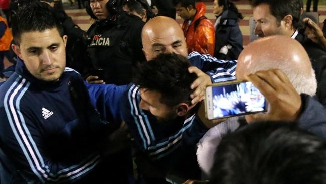 <p>Pelatih timnas Argentina Jorge Sampaoli memeluk Lionel Messi usai pertandingan melawan Ekuador usai pertandingan di Stadion Olimpico Atahualpa. (REUTERS/Henry Romero)</p>