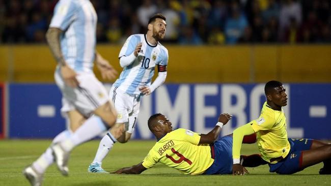 <p>Timnas Argentina berbalik unggul pada menit ke-18 setelah Lionel Messi mencetak gol ke pojok kanan gawang timnas Ekuador. (REUTERS/Edgard Garrido)</p>