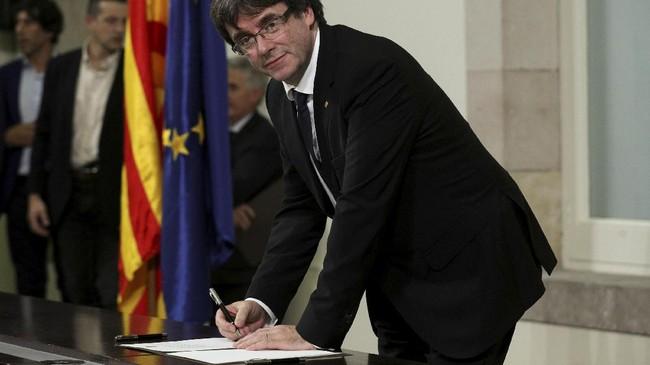 <p>Catalonia semakin bergejolak ketika Puigdemont tiba-tiba meminta parlemen daerah untuk menunda deklarasi kemerdekaan agar dapat membuka dialog dengan pemerintah pusat. (Reuters/Albert Gea)</p>