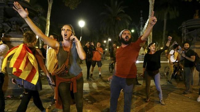 <p>Sebagian warga mengaku kecewa dengan penundaan deklarasi kemerdekaan ini karena membuat Catalonia kembali ke masa penuh ketidakpastian. (Reuters/Ivan Alvarado)</p>