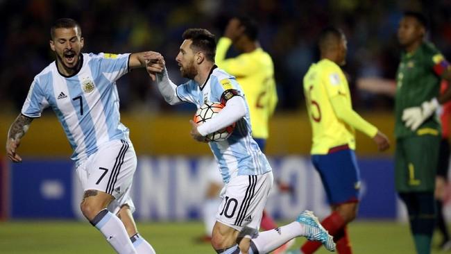 <p>Gol Lionel Messi membuat timnas Argentina semakin bersemangat. Terlihat Messi merayakan gol pertama bersama penyerang Dario Benedetto. (REUTERS/Edgard Garrido)</p>
