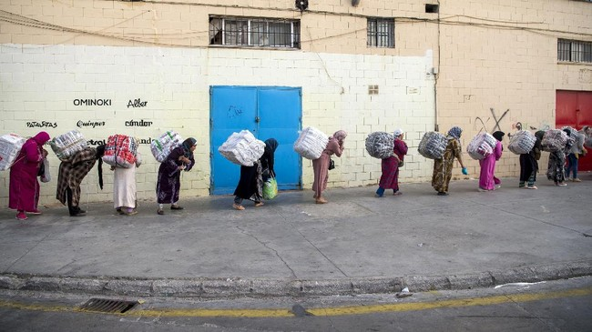FOTO: 'Perbudakan' Buruh Angkut Perempuan Maroko