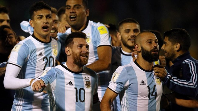 <p>Lionel Messi memimpin skuat timnas Argentina merayakan keberhasilan lolos ke Piala Dunia 2018 bersama suporter di tribune Stadion Olimpico Atahualpa. (REUTERS/Edgard Garrido)</p>