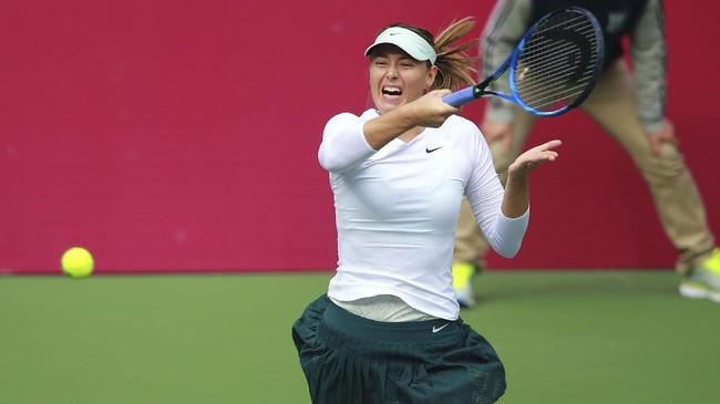 <p>Maria Sharapova mengembalikan bola kepada Irina-Camelia Begu. Sharapova mengakhiri perlawanan Begu dengan meraih kemenangan 6-2 di set kedua. (AFP PHOTO / STR)</p>