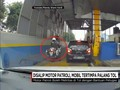 VIDEO: Motor Patroli Terobos Masuk, Mobil Tertimpa Palang Tol
