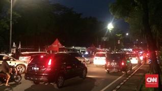 Jelang Pesta Rakyat Anies-Sandi, Warga Padati Balai Kota