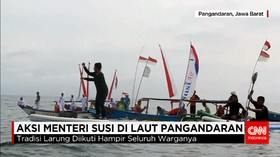 Menteri Susi Meloncat dari Perahu dan Bermain Kano di Laut