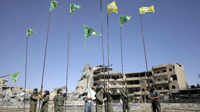 FOTO: Kala Bendera Suriah Berkibar di 'Ibu Kota' ISIS