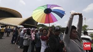 FOTO: Mengantre di Taman Mini Demi e-KTP yang Tertunda
