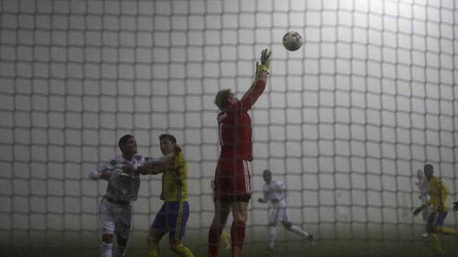 FOTO: Laga Liga Europa Berselimut Kabut
