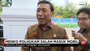 VIDEO: Hindari Wartawan, Wiranto Salah Masuk Mobil