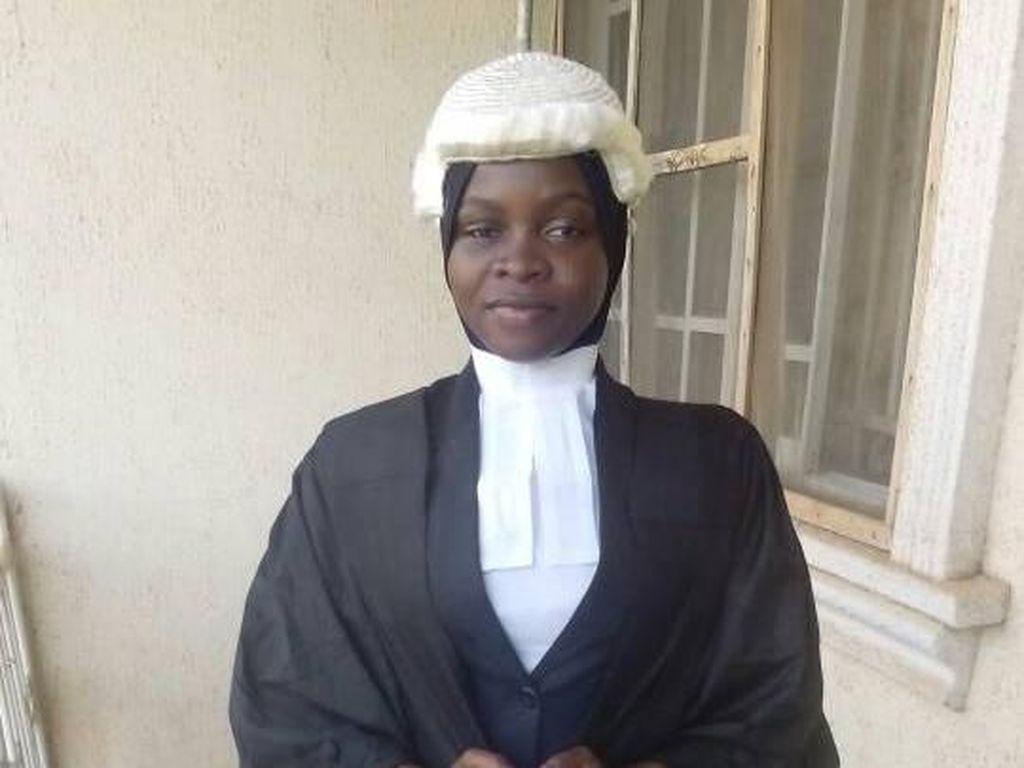 Kisal Viral Wanita Nigeria yang Berhijab tapi Pakai Rambut Palsu