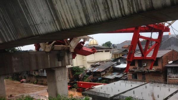 Crane di Jatinegara Ambruk