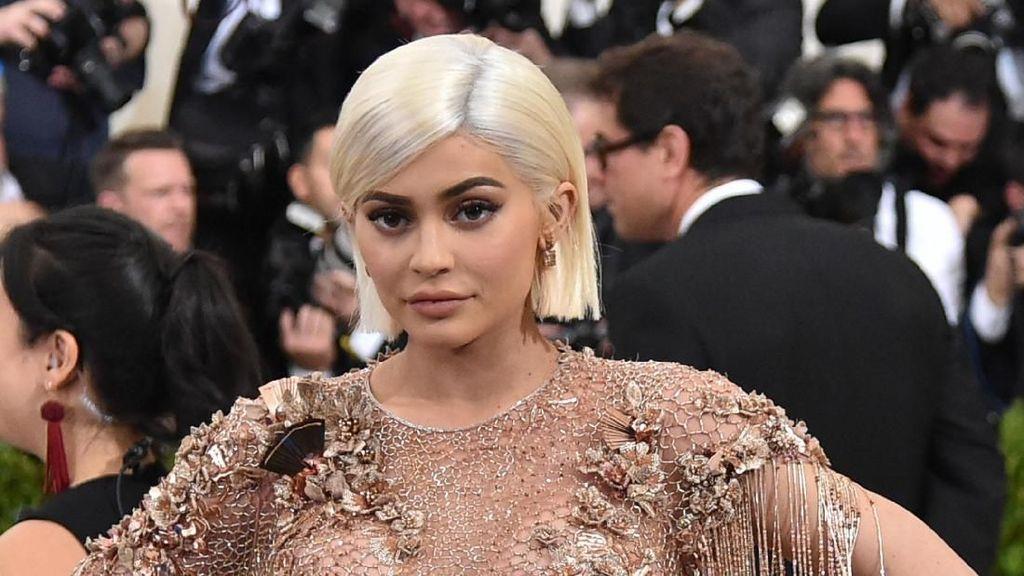 Tips Langsing Kylie Jenner Setelah Lahiran: Pakai Korset Selama 46 Hari