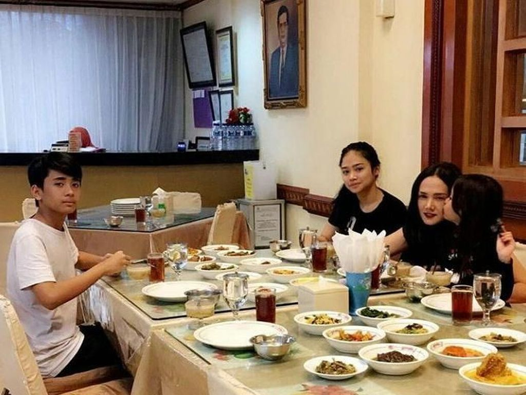 Ini Bukti Kalau Mulan Jameela Sering Makan Bareng Keluarga