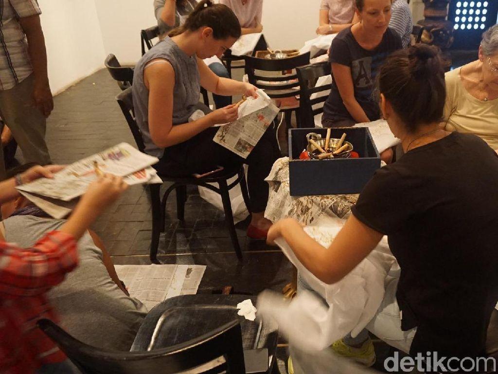 Asyiknya Wanita-wanita Amerika Latin Membatik untuk Amal