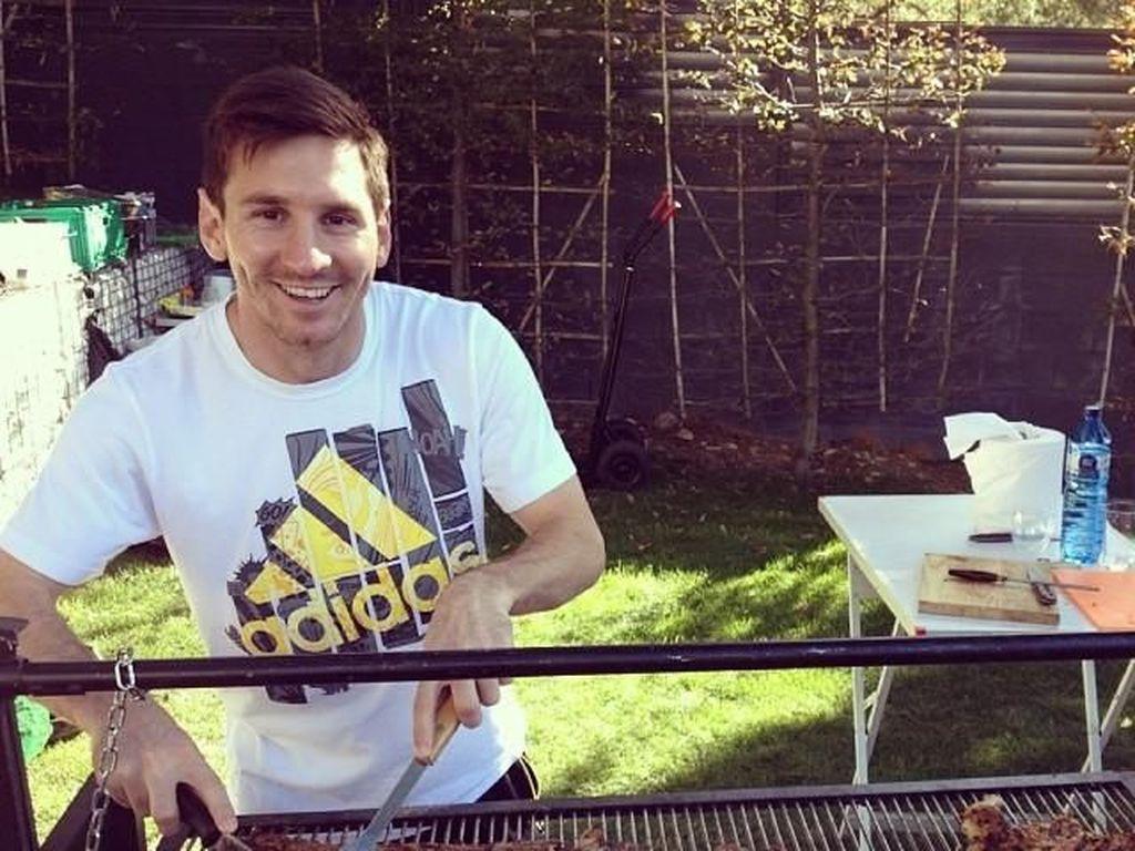 Keren! Begini Nih Gaya Makan Pesepak Bola Lionel Messi