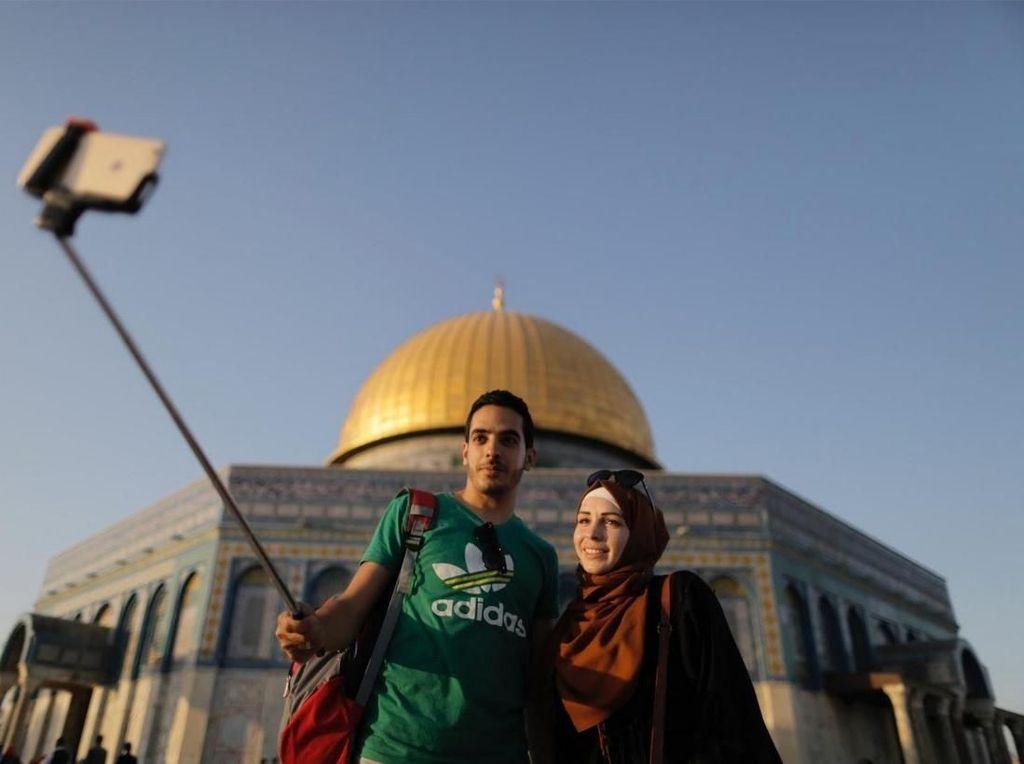 Selfie, 'Barang Langka' Bagi Anak-anak Muda Palestina