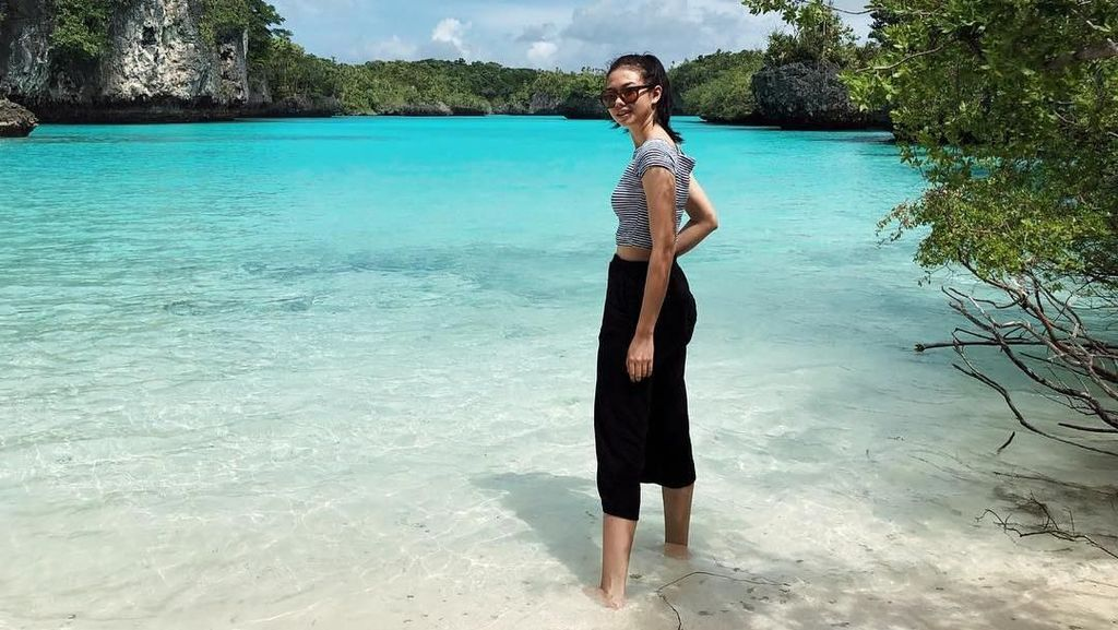 Foto: Yuki Kato dan Laguna Cantik Pulau Bair