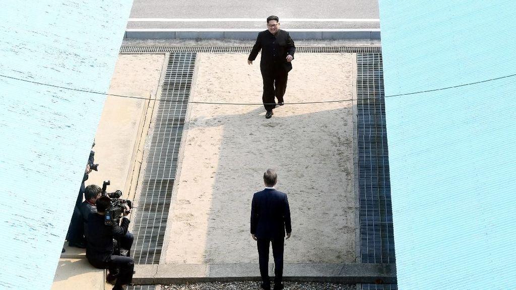 Bersejarah! Senyum Kim Jong Un-Presiden Korsel Saat Gandengan Tangan