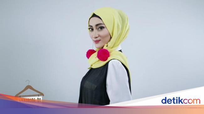 Tampil Hits Pakai Anting Pom Pom Dengan Tutorial Hijab Ini