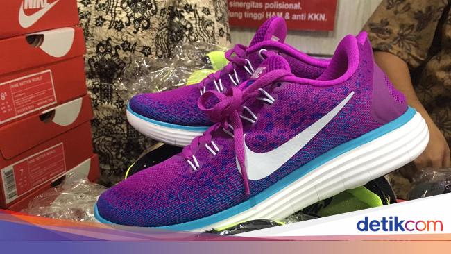 Polda Metro Sita Ribuan Sepatu Nike Palsu Buatan China di Penjaringan 4c823c8781
