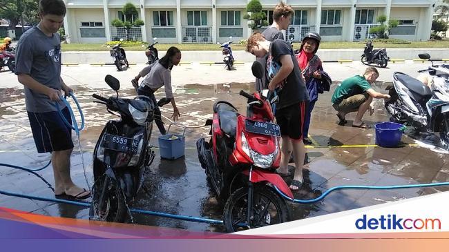 Bule Bule Di Surabaya Ini Buka Cuci Motor Gratis Mau Coba