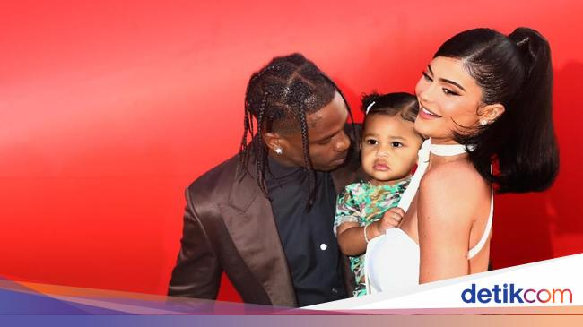 Kylie Jenner Pamer Stroller & Tas Popok dari Fendi, Totalnya Rp 240 Juta