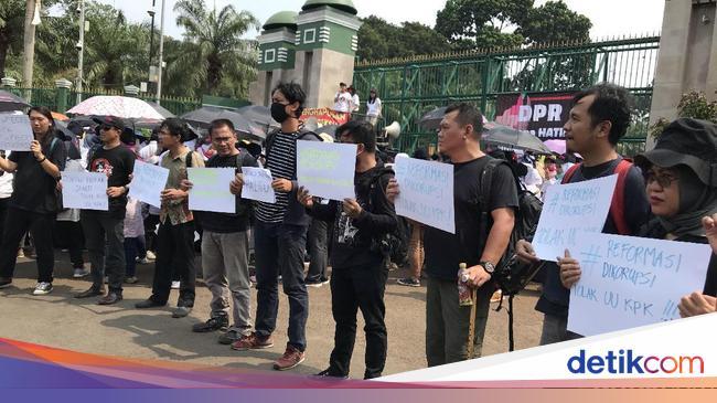 RUU KPK Disahkan, Koalisi Masyarakat Berbaju Hitam Demo di DPR